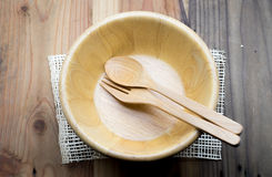 在木桌上的木碗 库存图片