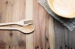 在木桌上的木碗 免版税库存图片