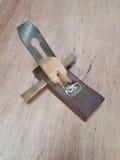 在木桌上的木飞机 免版税库存照片