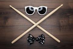 在木桌上的木鼓槌 库存照片