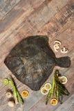 在木桌上的未加工的未煮过的异体类 免版税图库摄影