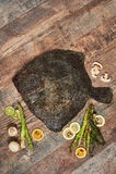 在木桌上的未加工的未煮过的异体类 库存照片