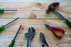 在木桌上的机械工具 免版税库存照片