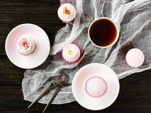 在木桌上的杯形蛋糕与餐巾 库存照片