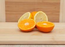在木桌上的柑橘水果 免版税库存照片