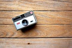 在木桌上的柯达instamatic 104照相机 库存图片