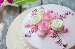 在木桌上的桃红色蛋糕 库存照片