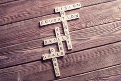 在木桌上的概念性主题词与比赛做的元素 库存照片