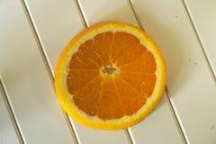 在木桌上的橙色切片 免版税库存图片