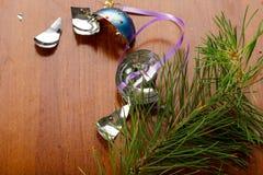 在木桌上的残破的xmas球 库存图片