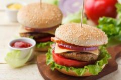 在木桌上的汉堡 免版税库存图片