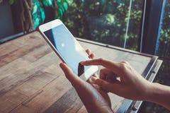 在木桌上的流动聪明的电话黑屏白色触摸屏幕 免版税图库摄影