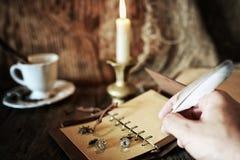 在木桌上的海盗对象 免版税库存图片
