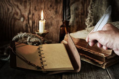 在木桌上的海盗对象 库存照片