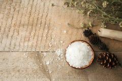 在木桌上的温泉构成 自然芳香油,在土气木背景的海盐 健康护肤 温泉概念 顶视图 库存图片
