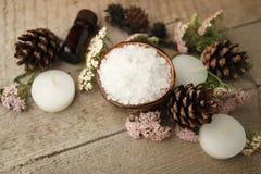 在木桌上的温泉构成 自然芳香油,在土气木背景的海盐 健康护肤 温泉概念 顶视图 库存照片