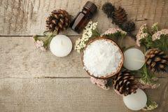 在木桌上的温泉构成 自然芳香油,在土气木背景的海盐 健康护肤 温泉概念 顶视图 免版税库存照片