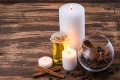 在木桌上的温泉设置与蜡烛 图库摄影