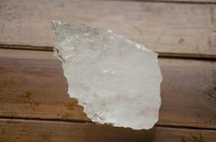 在木桌上的湿大块白矾 库存图片