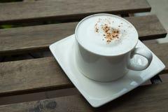 在木桌上的热奶咖啡咖啡 库存照片