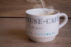 在木桌上的热的咖啡杯 免版税库存图片