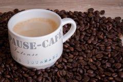 在木桌上的热的咖啡杯 免版税库存照片