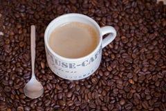 在木桌上的热的咖啡杯 库存图片