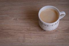 在木桌上的热的咖啡杯 库存照片