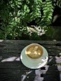 在木桌上的热的咖啡 免版税库存照片