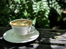 在木桌上的热的咖啡 库存照片