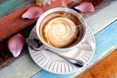 在木桌上的热的热奶咖啡咖啡 库存照片