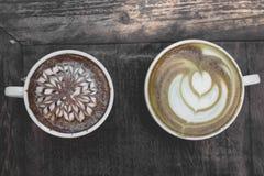 在木桌上的热的绿茶拿铁艺术 图库摄影