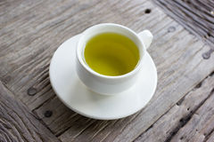 在木桌上的热的绿茶 库存照片