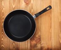 在木桌上的煎锅 库存图片