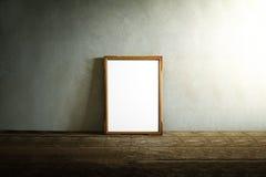在木桌上的照片框架在难看的东西背景 库存图片