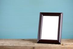 在木桌上的照片框架 库存图片