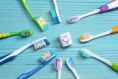 在木桌上的牙刷牙刷 顶视图 免版税图库摄影