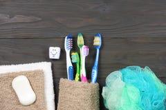 在木桌上的牙刷牙刷 顶视图 库存照片