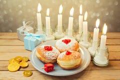 在木桌上的犹太假日光明节庆祝 库存照片