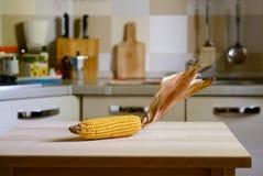 在木桌上的玉米棒在厨房背景 图库摄影