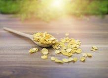 在木桌上的玉米片 图库摄影