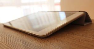 在木桌上的现代白色片剂 免版税库存照片