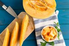 在木桌上的甜瓜瓜 免版税库存图片