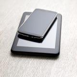 在木桌上的电子设备 免版税库存照片