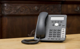 在木桌上的电话在客厅 库存照片
