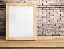 在木桌上的白纸白板在红砖墙壁, Templa 免版税图库摄影