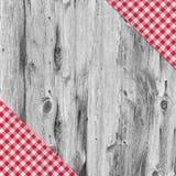 在木桌上的白色和红色桌布纺织品 免版税库存照片