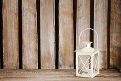 在木桌上的白色灯笼 免版税库存照片