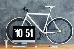 在木桌上的白色自行车 图库摄影