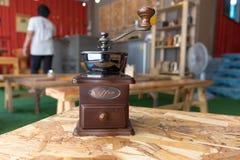 在木桌上的磨咖啡器在咖啡咖啡馆 免版税库存照片